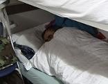 Bettler schläft in Notquartier