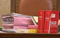 Akten und Strafgesetzbuch auf Richterplatz