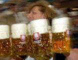 Eine Kellnerin mit ersten Maßkrügen Bier beim 171. Oktoberfest
