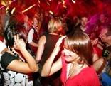 Jugendliche in einer Diskothek