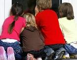 Kinder schauen durch ein Fenster