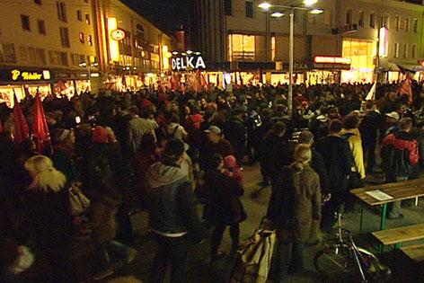 Menschen am Viktor-Adler-Markt