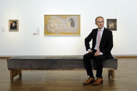 Tobias G. Natter sitzt auf einer Bank