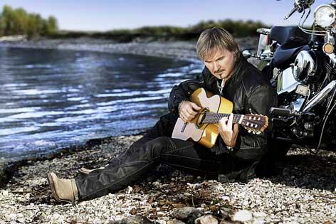 Schlagerstar Nik P. Gitarre spielend