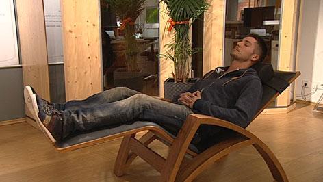 Mann schläft auf Liege