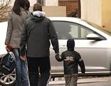 Eltern holen ihre Kinder ab