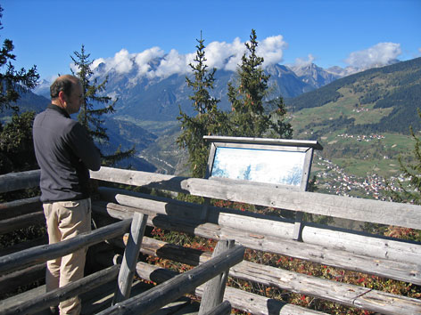 Mann betrachtet Bergpanorama