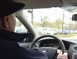 Alter Mann am Steuer eines Autos