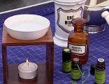 Verschiedene ätherische Öle und eine Duftlampe