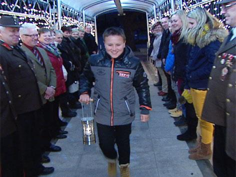 Friedenslichtkind kommt mit Friedenslicht ins Landesstudio
