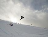 Ein Snowboarder am Freitag, 06. Dezember 2013, während der Qualifikation anl. des Snowboard Cross-Weltcups in Schruns (Vorarlberg).