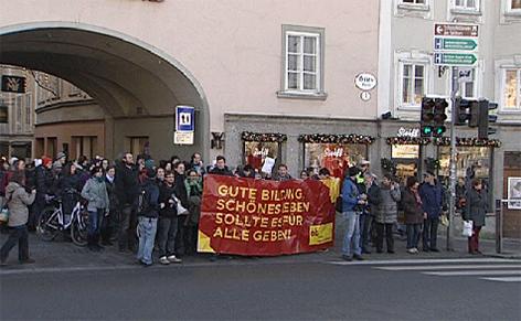 gro e lehrer demo in der innenstadt salzburg