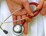 Arzt hält ein Stethoskop in den Händen