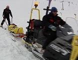 Verletzter wird mit Ski-Doo und Akja abtransportiert
