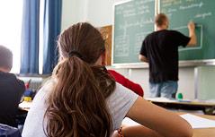 Schülerin und Lehrer im Klassenraum