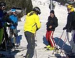 Skigruppe mit Skilehrer wird kontrolliert