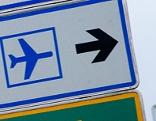 Schild zeigt zum Flughafen