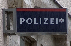 Schild einer Polizeiinspektion