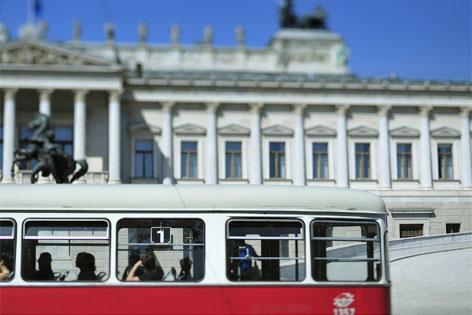 Straßenbahn der Linie 2 auf der Ringstraße vor dem Parlament