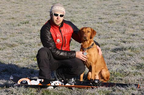 Hundeführer Martin Flossmann und Lawinenhund Phil