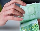 Eine Hand hält 100-Euro-Schein
