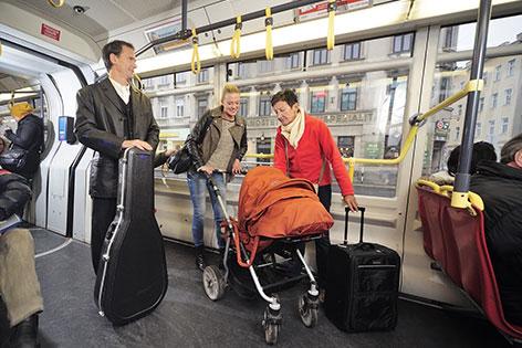 Kinderwagen in der Straßenbahn