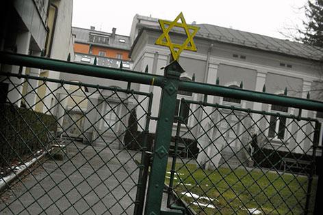 Beschmierter Davidstern am Zaun der Salzburger Synagoge