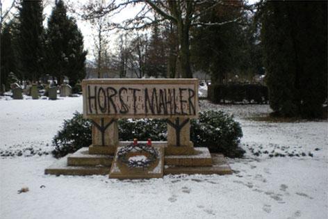 Beschmiertes Denkmal auf dem Salzburger Kommunalfriedhof