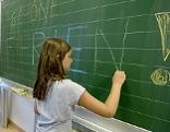 Schülerin vor Schultafel