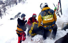 Lawine und Rettungsaktion in den Bergen mit Notarzt und Bergrettern