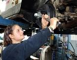Lehrling bei Reparatur eines Autos