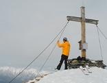 Mann bei Gipfelkreuz