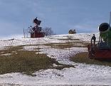 Schneekanonen an schneefreier Piste