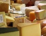 Verschiedene Käsesorten in einem Käsegeschäft