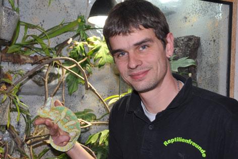 Peter Hofer, Obmann Reptilienfreunde Tirol mit Chamäleon