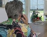 Ältere Dame telefoniert