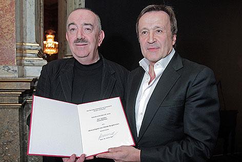 Klaus Bachler und Georg Springer 2009 bei der Verleihung der Ehrenmitgliedschaft des Wiener Burgtheaters