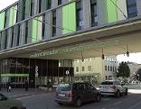 Einfahrt des Salzburger Landeskrankenhauses, Teil der Salzburger Landeskliniken