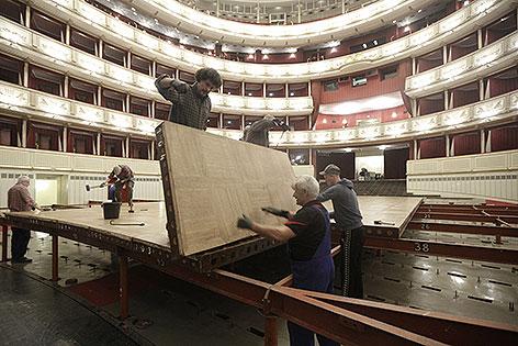 Arbeiter bei Aufbau des Tanzparketts für Opernball in der Staatsoper