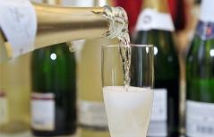 Sektflasche Schaumwein Glas einschenken