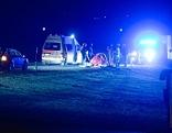 Einsatzfahrzeuge nach Unfall auf Straße in der Nacht