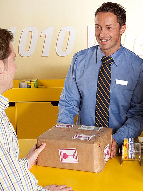 Paket wird bei Postschalter abgeholt