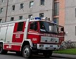 Feuerwehrauto vor Wohnblock