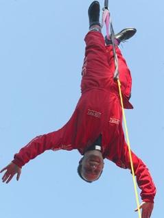 Dompfarrer Toni Faber beim Bungeesprung vom Donauturm