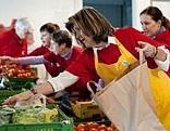 Freiwillige bei der Lebensmittelausgabe beim Caritas-Projekt Le+O