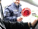 Symbolbild Polizist hält 15-jährigen auf