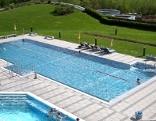 Schwimmbecken mit schwimmenden Personen