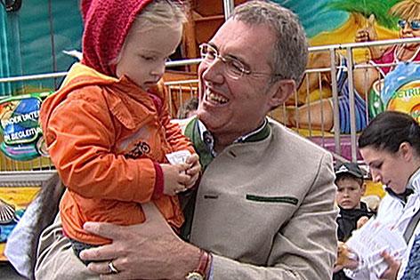 Ewald Stadler im Wahlkampf mit Kind