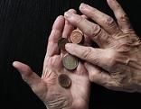 Hände mit Euromünzen