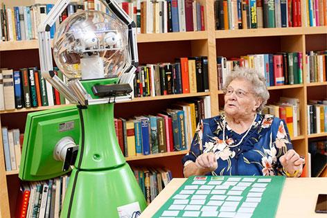Roboter Henry mit einer alten Frau